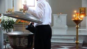 教会雇员倾吐圣水入婴孩的一种字体 股票视频