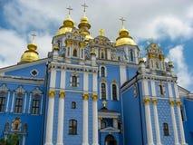 教会,十字架,反对天空的圆顶 图库摄影