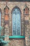 教会维多利亚女王时代的被称呼的圣安德鲁s英国国教的教堂的尖头窗 图库摄影