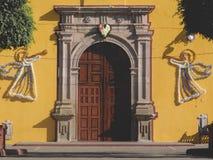 教会黄色 免版税库存图片