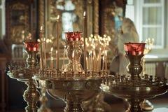 教会 蜡蜡烛 被点燃的蜡烛在教会里 图库摄影