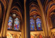 教会La Sainte-Chapelle的内部与美妙的污迹玻璃窗巴黎法国的 库存图片