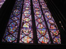教会La Sainte-Chapelle的内部与美妙的污迹玻璃窗巴黎法国的 图库摄影
