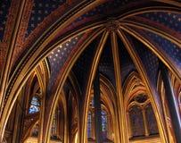 教会La Sainte-Chapelle的内部与美妙的污迹玻璃窗巴黎法国的 免版税库存图片