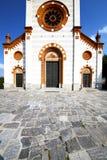 教会mercallo封锁了砖塔边路意大利伦巴第 免版税库存图片