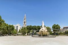 教会St Perpetue和Pradier喷泉在尼姆在法国 图库摄影