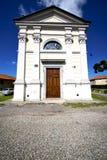 教会sumirago老闭合的砖塔边路 库存照片