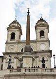 教会Trinita dei Monti和埃及方尖碑 图库摄影