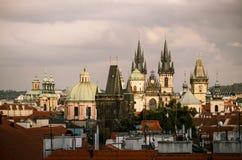 教会tyn 在布拉格老镇的都市风景视图捷克语的关于 免版税库存图片