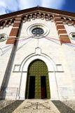 教会varano borghi封锁了砖塔边路意大利 图库摄影