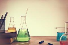 教全视图的化学教室书桌 免版税库存图片