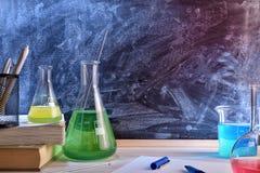 教全视图的教室化学书桌和黑板 图库摄影