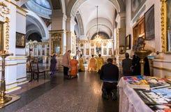 教区居民在调解大教堂里在Zverin Pokrovsky M 库存照片