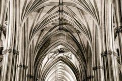 教堂中殿和天花板在布里斯托尔大教堂专栏关税和Keyston 免版税库存图片