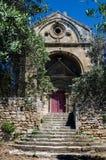 教堂和橄榄树在Alpilles (普罗旺斯,法国) 免版税库存照片