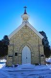 教堂在公墓 免版税库存图片