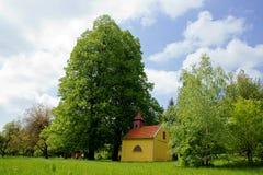 教堂在大石灰树下 免版税库存照片