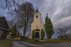 教堂在Zabreh镇附近的Pivonin村庄 免版税库存图片