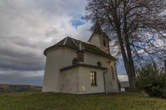 教堂在Zabreh镇附近的Pivonin村庄 库存照片