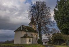 教堂在Zabreh镇附近的Pivonin村庄 免版税库存照片