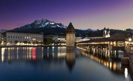 教堂桥梁和皮拉图斯峰在晚上在卢赛恩,瑞士 免版税库存照片