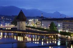 教堂桥梁和Wasserturm在夜之前 免版税库存图片