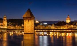 教堂桥梁,在暮色时间的kapellbruck,卢塞恩 免版税库存图片