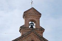教堂的钟楼有响铃、十字架和翻板的 图库摄影
