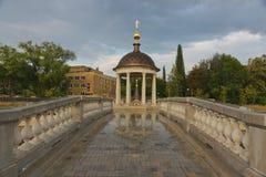 教堂约旦和在一个池塘的一座桥梁的 免版税库存图片