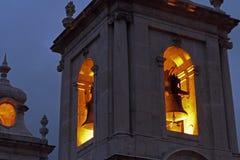 教堂钟塔在晚上 库存图片