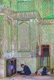 教堂,穆斯林祈祷并且读了古兰经,设拉子,伊朗 库存照片