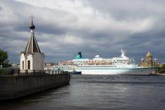 教堂`救主在这水`和`信天翁`巡航划线员在阴沉的内娃河 圣彼德堡 免版税库存照片