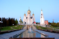 教堂6月11日2013年俄罗斯、KHMAO-YUGRA、斯拉夫的文学Khanty-Mansiysk复活钟楼的胡同,教会和 库存照片