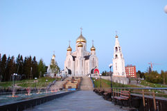 教堂6月11日2013年俄罗斯、KHMAO-YUGRA、斯拉夫的文学Khanty-Mansiysk复活钟楼的胡同,教会和 免版税库存照片