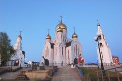 教堂6月11日2013年俄罗斯、KHMAO-YUGRA、斯拉夫的文学Khanty-Mansiysk复活钟楼的胡同,教会和 免版税库存图片