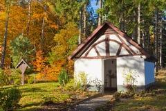 教堂eifel秋天森林有历史的德国 免版税库存图片