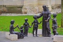 教士和孩子雕象 免版税库存图片