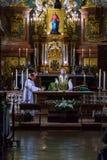 教士在圣皮特圣徒・彼得` s服务群众并且准备圣礼 图库摄影