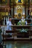 教士在圣皮特圣徒・彼得` s服务群众并且准备圣礼 免版税库存照片