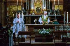 教士在圣皮特圣徒・彼得` s服务群众并且准备圣礼 库存图片