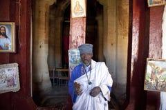 教士在教会,埃塞俄比亚里 免版税库存图片