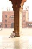 教士在清真寺 免版税图库摄影