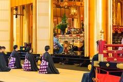 教士在Tsukiji Honganji寺庙佛教仪式祈祷在东京, 2016年10月18日的日本 库存照片