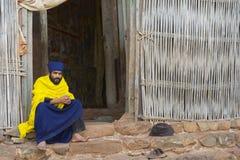 教士坐在入口到古老教会Ura Kidane Mehret在巴赫达尔,埃塞俄比亚 库存照片