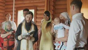 教士执行洗礼礼拜式,听的亲戚他 股票视频