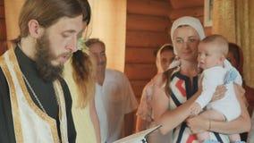 教士执行洗礼礼拜式,横渡和祈祷 股票视频