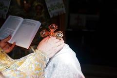 教士的手有十字架的有新娘保佑 免版税库存图片