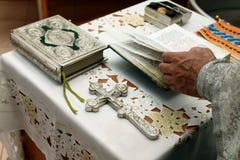 教士的祷告有圣经和十字架的 免版税库存照片