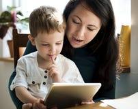 教她的儿子他的任务的母亲 免版税库存图片