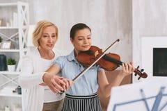 教她的学生的专业小提琴手 库存图片